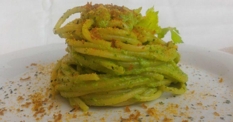 spaghetti al pesto di sedano e mandorle