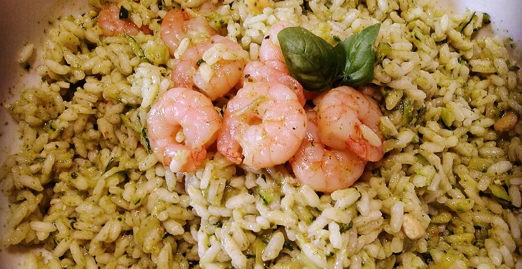 insalata di riso, pesto e gamberi