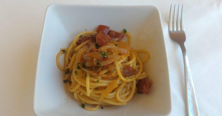 Spaghettoni con cipolle di Tropea, alici e pomodorini