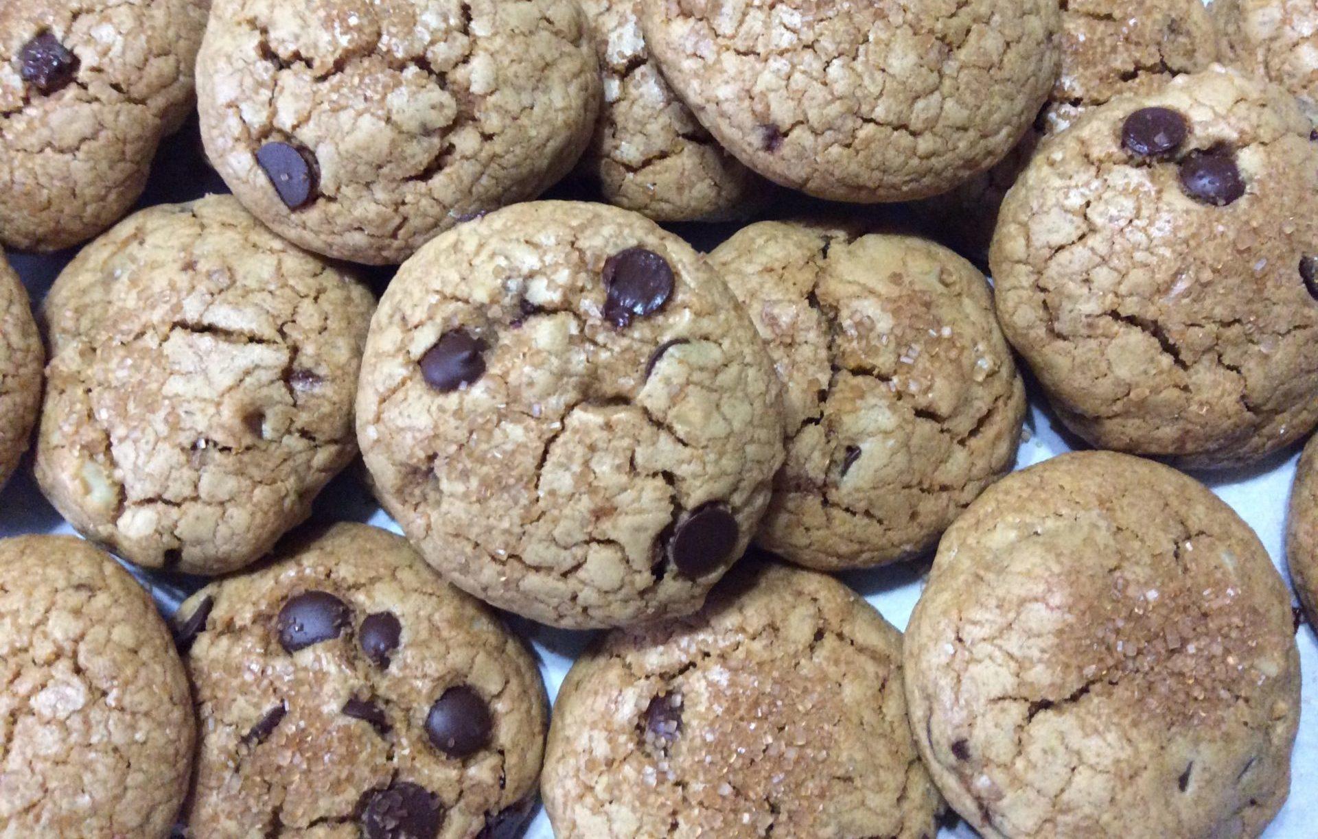 biscotti con noci e gocce di cioccolato
