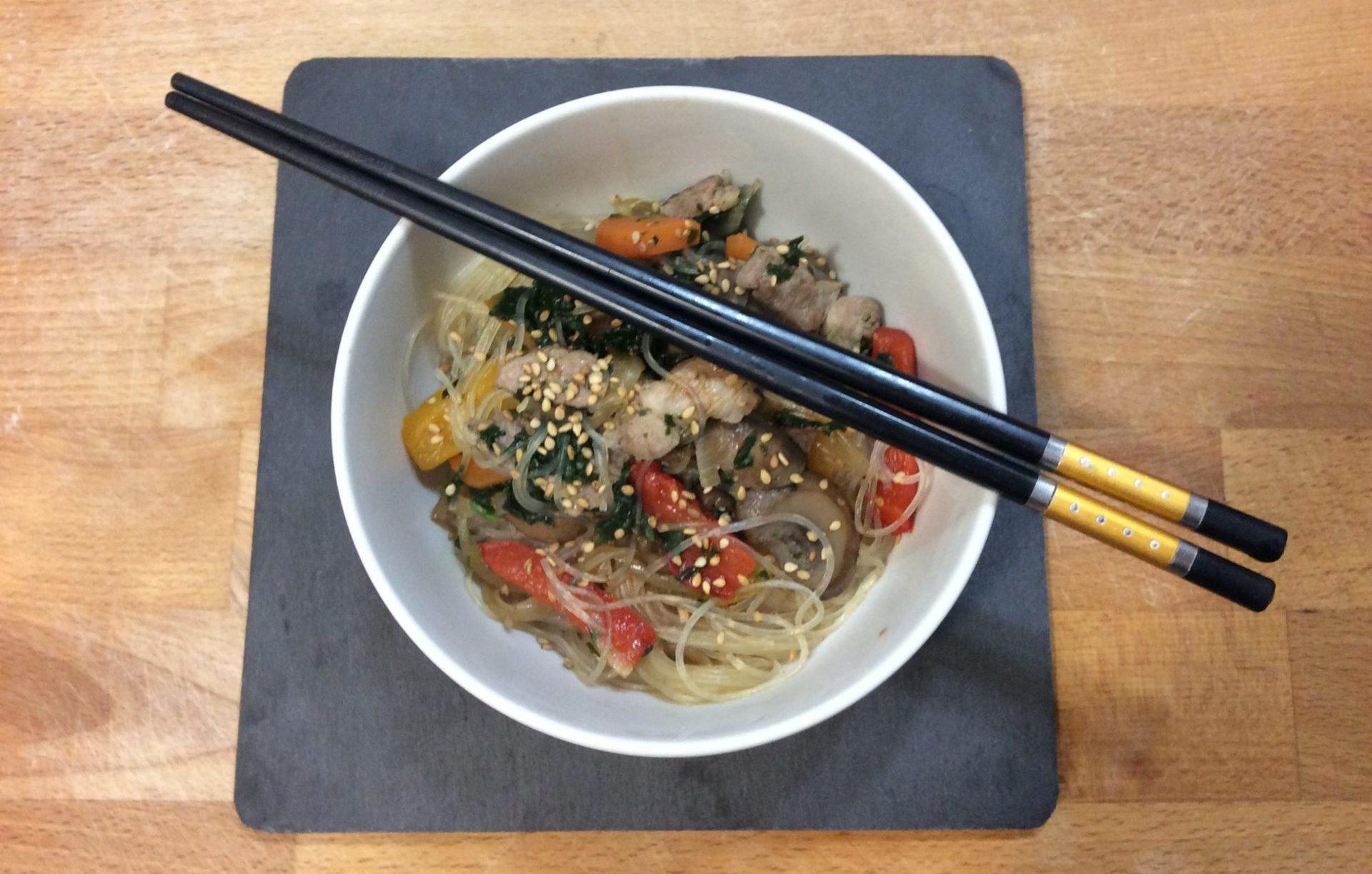 spaghetti di soia con carne e verdure